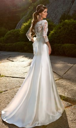 Свадебное платье «рыбка» с фигурным портретным декольте и длинными кружевными рукавами.