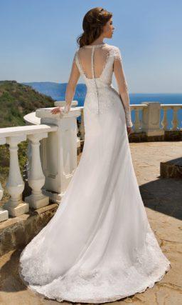 Свадебное платье силуэта «рыбка» с ажурным верхом и длинным рукавом.