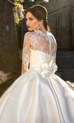 Атласное свадебное платье с потрясающей пышной юбкой, кружевным верхом и цветным поясом.