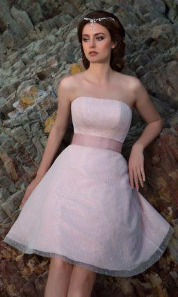 Короткое свадебное платье с цветочным рисунком и пышной юбкой длиной до середины бедра.