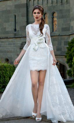 Короткое свадебное платье с ажурной верхней юбкой и широким атласным поясом на талии.