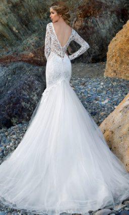 Свадебное платье силуэта «русалка» с V-образным декольте и длинными рукавами.