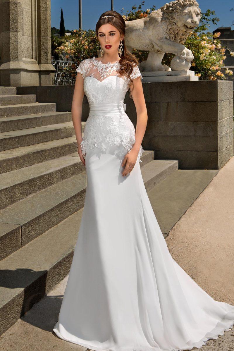 Свадебное платье «рыбка» с длинным шлейфом и ажурной отделкой открытого лифа.