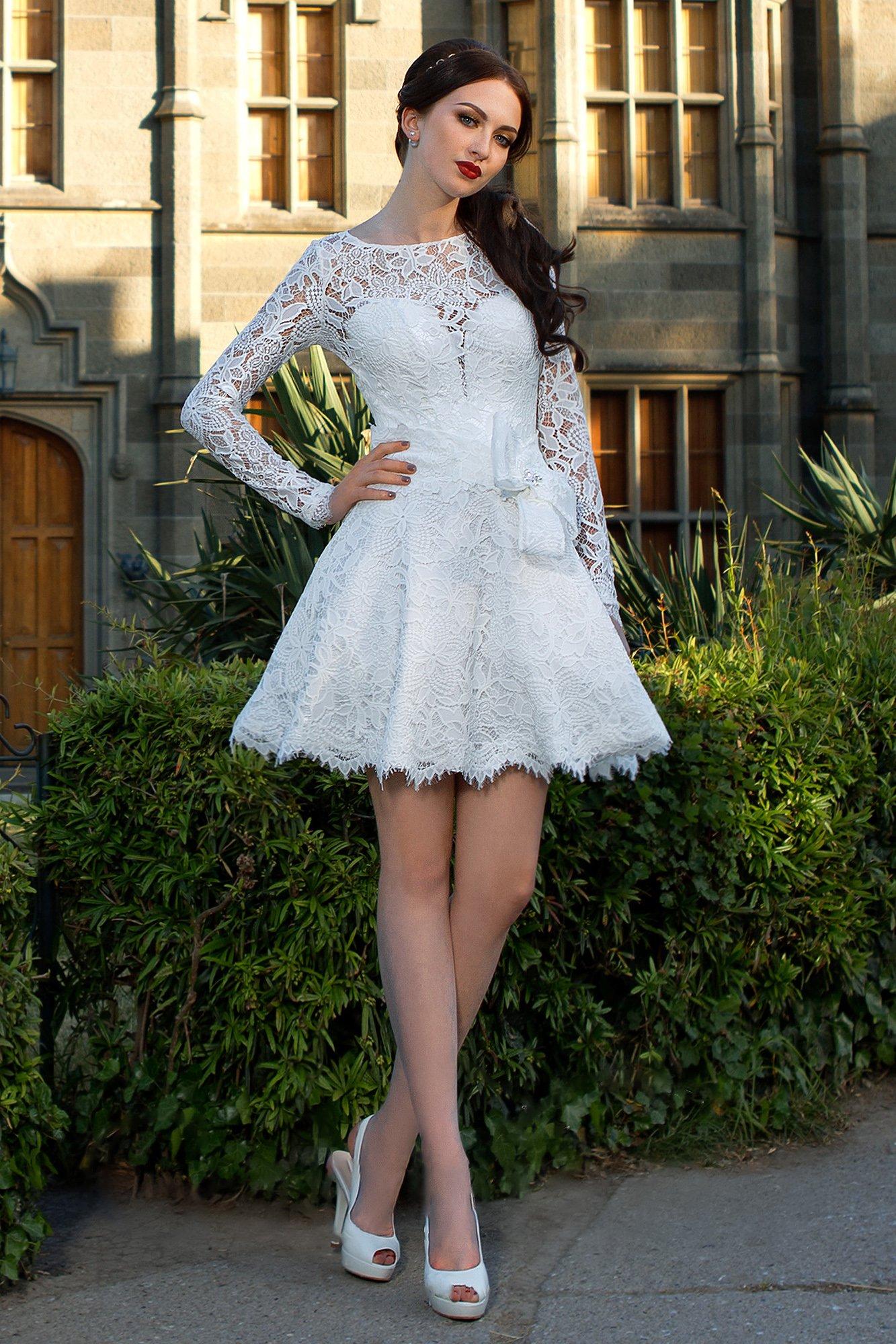 e340d7bbaed Короткое свадебное платье с пышной юбкой и плотными кружевными рукавами.