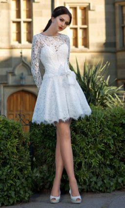 Короткое свадебное платье  с пышной юбкой и плотными кружевными рукавами.