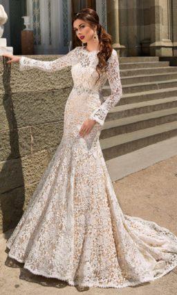 Кружевное свадебное платье силуэта «рыбка» с бежевой подкладкой и вырезом на спине.
