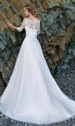 Свадебное платье силуэта «принцесса» с завышенной талией и портретным декольте.