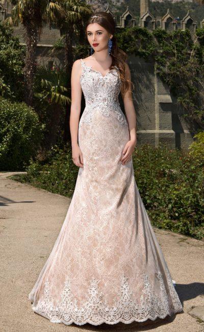 Бежевое свадебное платье с силуэтом «рыбка», чувственным открытым лифом и ажурным шлейфом.