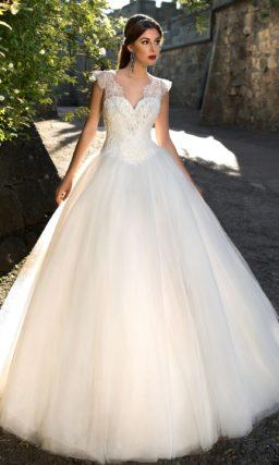Свадебное платье А-силуэта с ажурным лифом с V-образным вырезом декольте.