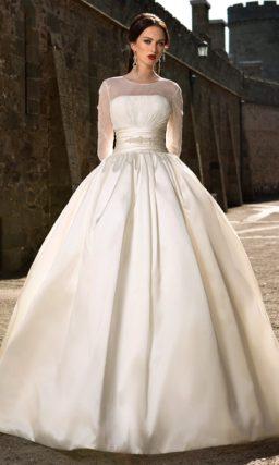 Пышное свадебное платье из плотной ткани с закрытым верхом и широким поясом.