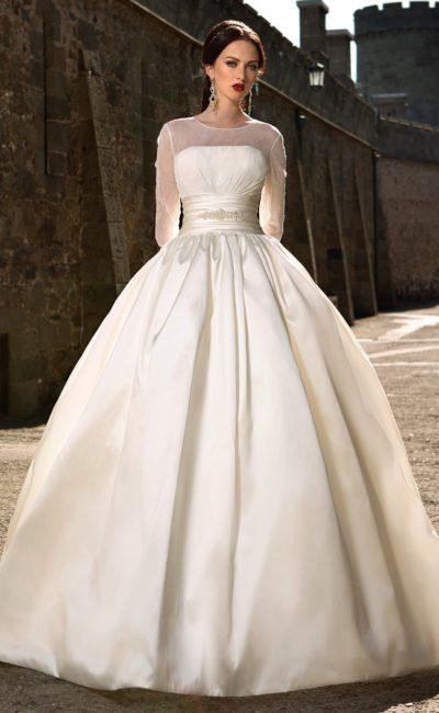 Пышное свадебное платье из плотной ткани