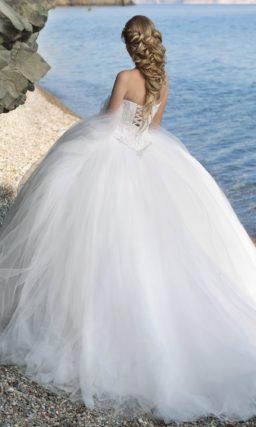 Пышное свадебное платье с открытым корсетом с глубоким декольте в форме сердца.