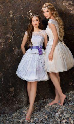 Короткое свадебное платье с юбкой «тюльпан» и широким атласным поясом.