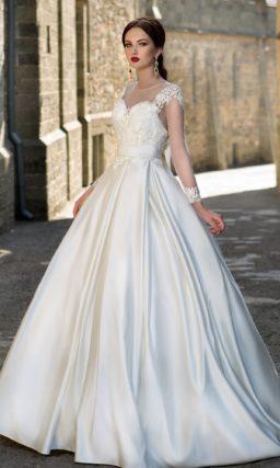 Атласное свадебное платье с пышной юбкой с крупными складками и изящным корсетом.