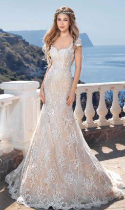 Бежевое свадебное платье с облегающим силуэтом «рыбка» и белым кружевом в качестве декора.
