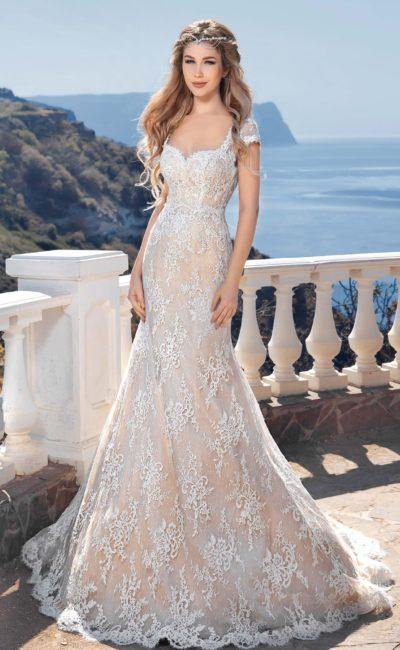 Бежевое свадебное платье с облегающим силуэтом