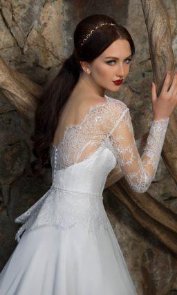 Свадебное платье «принцесса» с закрытым лифом и изящными длинными рукавами.