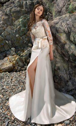 Свадебное платье силуэта «рыбка» с длинным шлейфом, разрезом на юбке и атласным поясом.