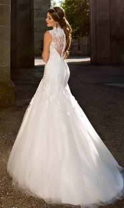 Свадебное платье «рыбка» с ажурной отделкой верха и великолепным многослойным шлейфом.