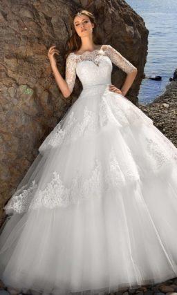 Ажурное свадебное платье силуэта «принцесса» с многоярусной юбкой и цветным поясом.