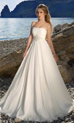 Открытое свадебное платье в ампирном стиле с драпировками на лифе и вышивкой.