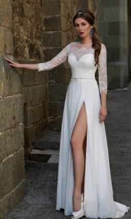 Ампирное свадебное платье с закрытым лифом и прямого кроя юбкой с высоким разрезом.