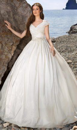 Пышное свадебное платье с элегантным V-образным декольте и драпировками на лифе.