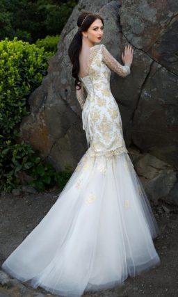 Свадебное платье-трансформер с юбкой силуэта «рыбка» и отделкой золотистым кружевом.