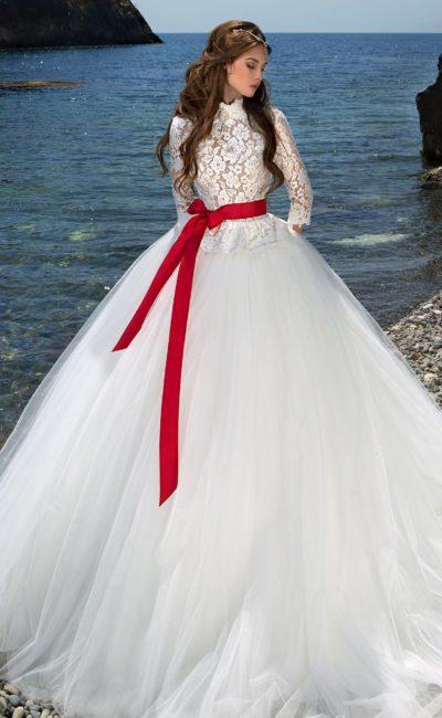 Свадебное платье с красным поясом