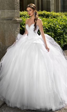 Свадебное платье с выразительным открытым корсетом и многослойной пышной юбкой.