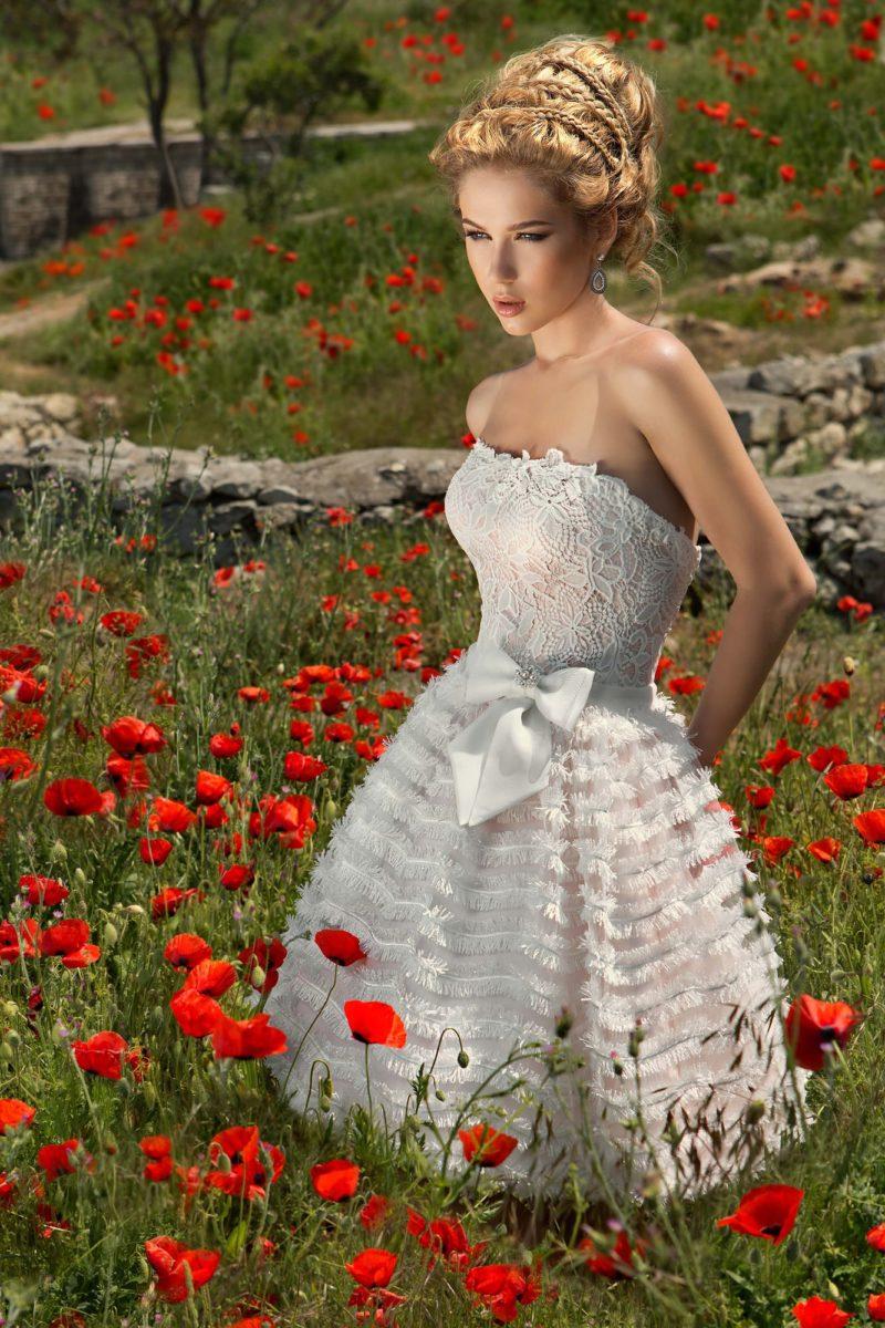 Короткое свадебное платье с открытым кружевным корсетом и пышной юбкой.