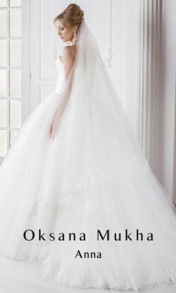 Традиционное свадебное платье с пышной многослойной юбкой и фактурным корсетом.