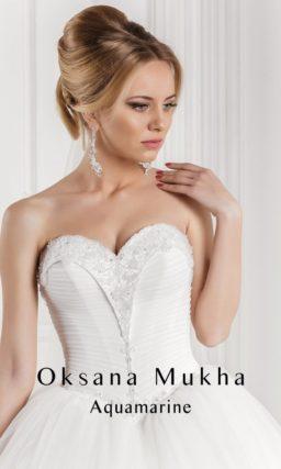 Свадебное платье А-силуэта с оригинальным глянцевым корсетом, украшенным по вырезу вышивкой.