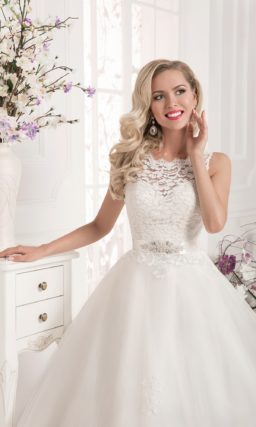Свадебное платье «принцесса» с пышным шлейфом и фигурным округлым вырезом.