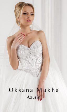 Пышное свадебное платье с атласным корсетом, украшенным бисерной вышивкой.
