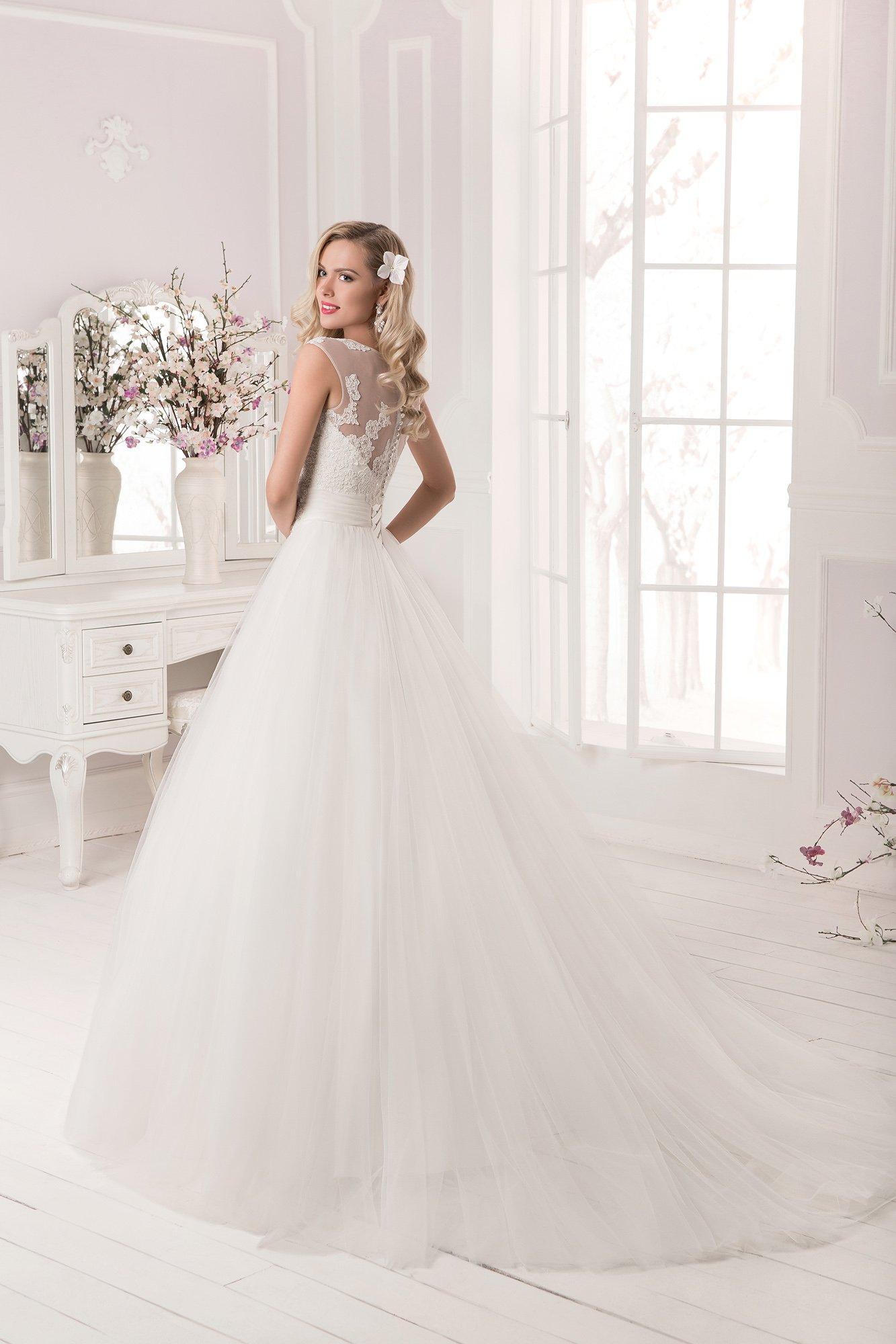 Романтичное свадебное платье с закрытым верхом и широким поясом.