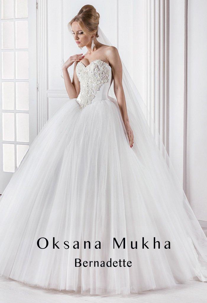 Потрясающе пышное свадебное платье с открытым корсетом с лифом в форме сердца и вышивкой.