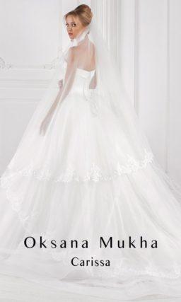 Свадебное платье с многослойной юбкой «принцесса» и открытым атласным корсетом.