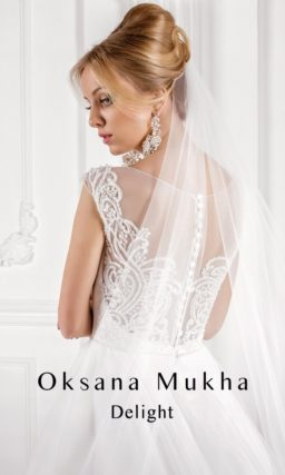 Изящное свадебное платье А-силуэта с кружевными бретелями и лифом в форме сердца.