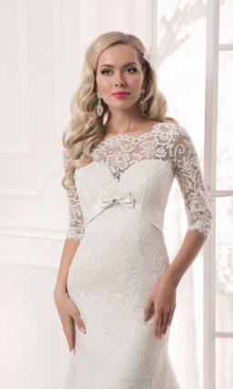 Прямое свадебное платье с кружевными рукавами длиной в три четверти и атласным поясом.
