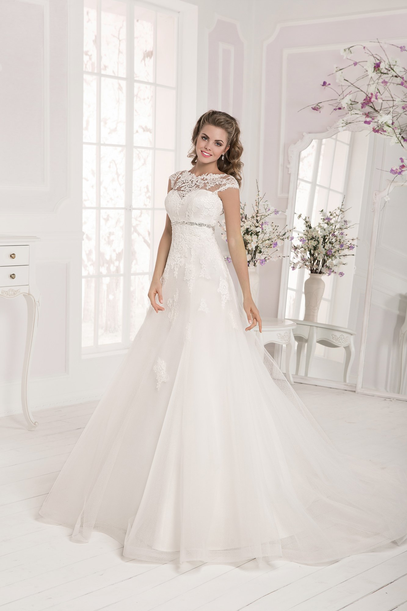 Свадебное платье со сверкающим поясом и вырезом на спинке.