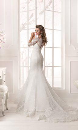 Свадебное платье с силуэтом «рыбка» и ажурной отделкой выреза на спине.