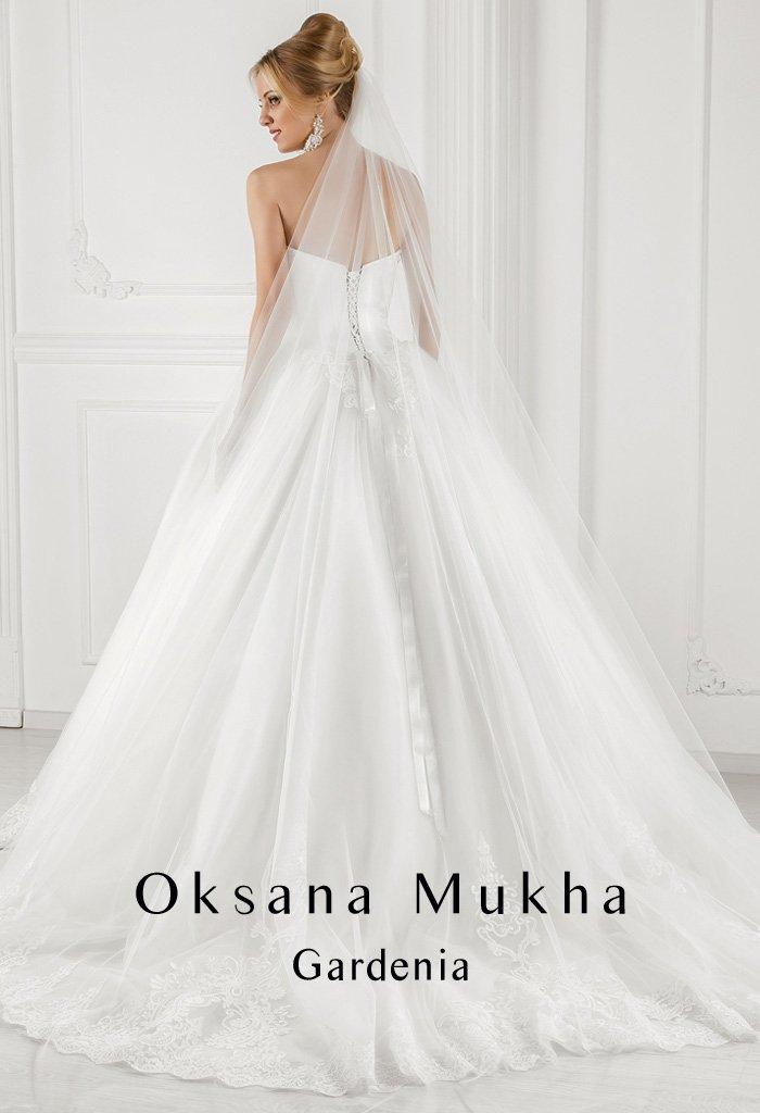 Открытое свадебное платье «принцесса» со шлейфом и ажурной отделкой на лифе.