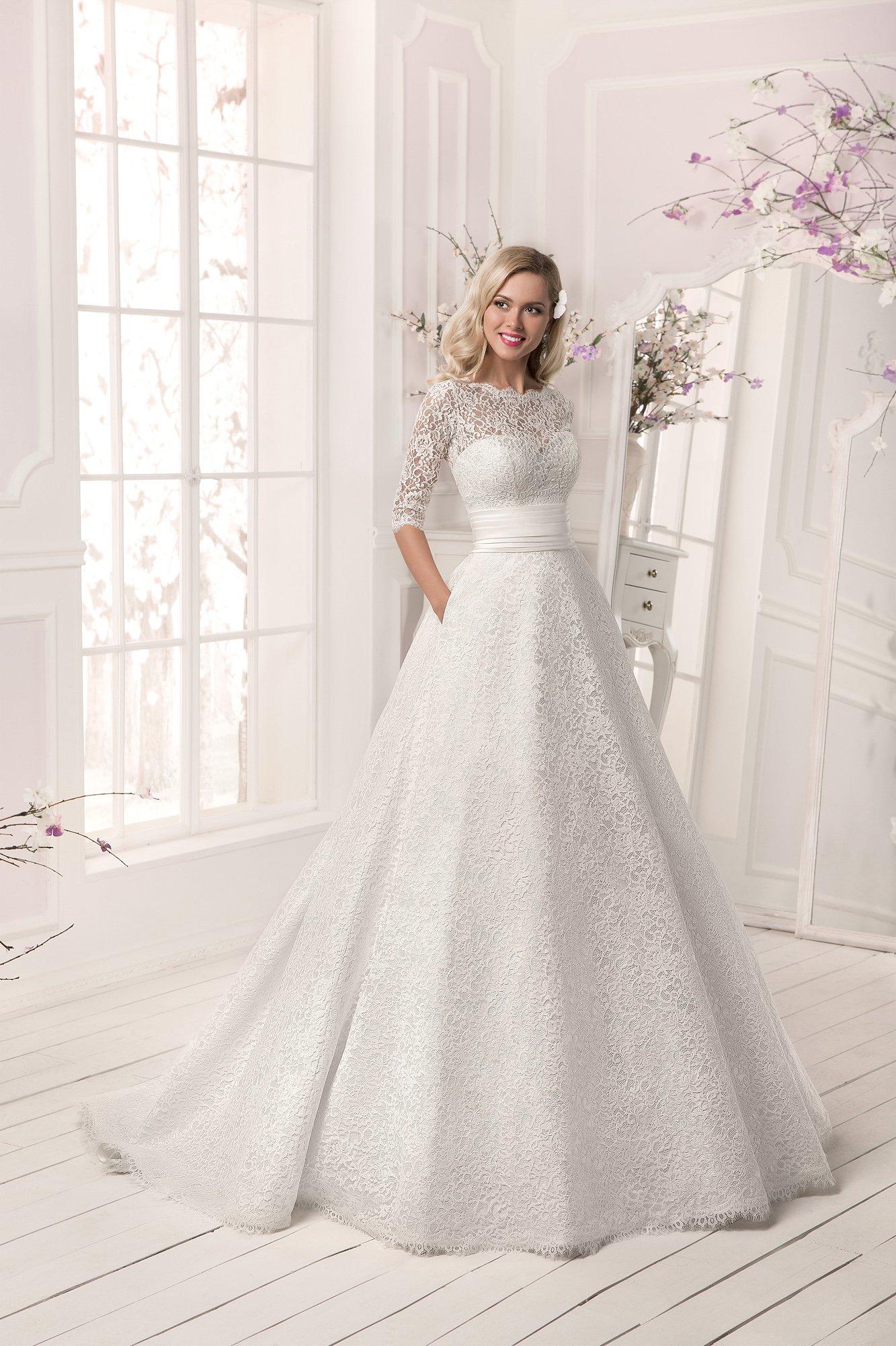 27b920a1a539da8 Свадебное платье силуэта «принцесса» с отделкой из плотной ажурной ткани и  широким поясом из