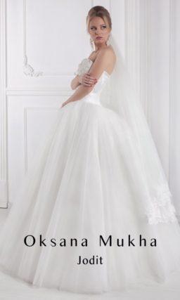 Роскошное свадебное платье с многослойной юбкой А-силуэта и вышивкой на корсете.