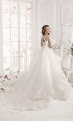Свадебное платье с фигурным декольте и пышной кружевной баской.