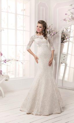 Свадебное платье силуэта «русалка» с отделкой из плотного кружева и завышенной талией.