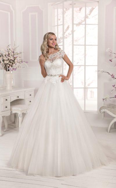 Свадебное платье с пышной юбкой из фатина