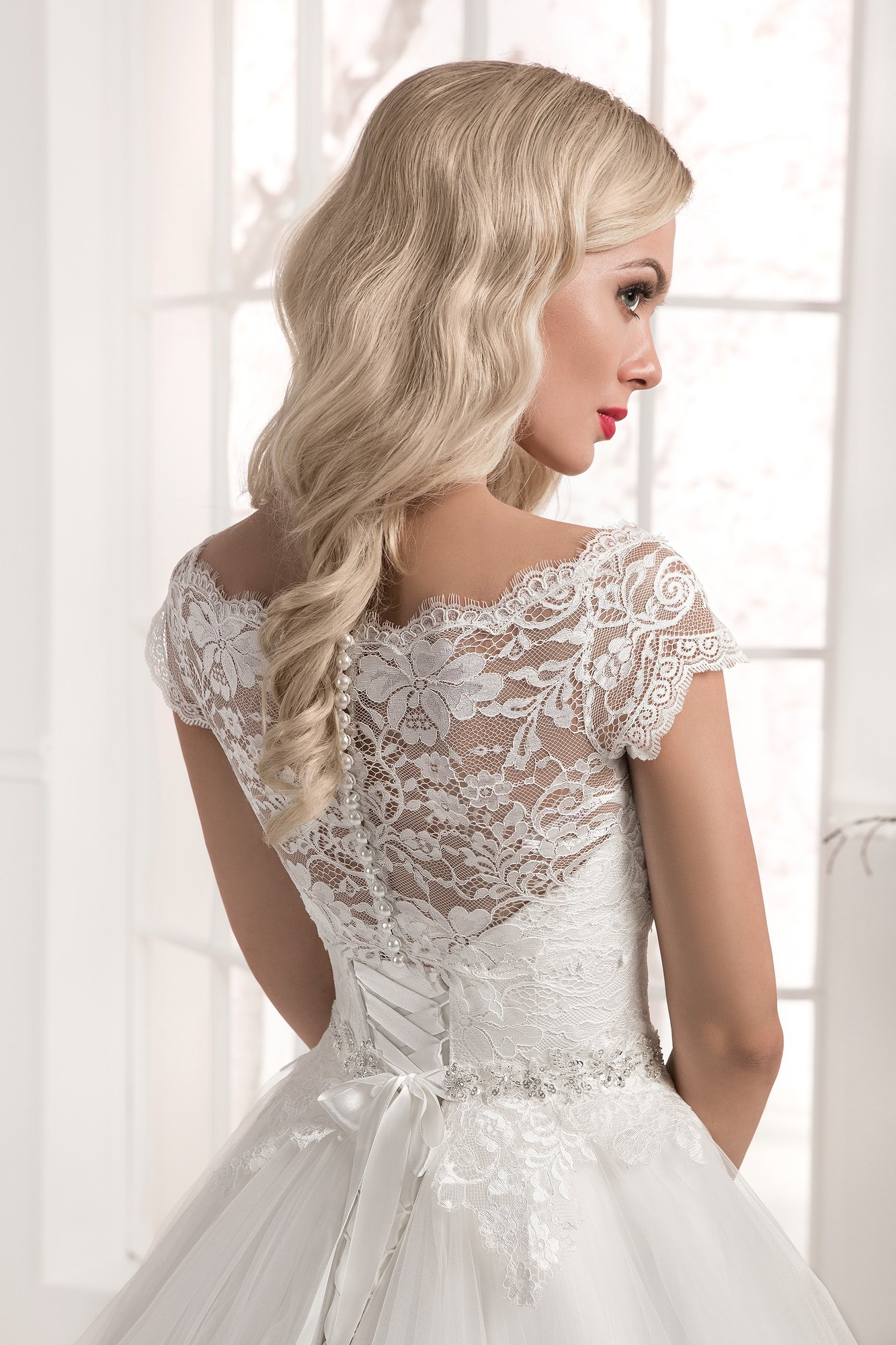 Свадебное платье с пышной юбкой из фатина и нежным кружевным верхом.