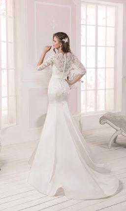 Закрытое свадебное платье силуэта «русалка» с длинными рукавами и атласной юбкой.